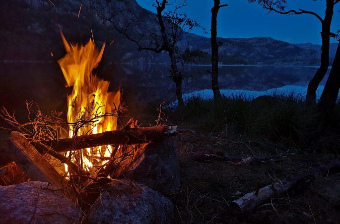 Rozpalanie ogniska nad jeziorem w Norwegii - Natura w Norwegii - Viola and the World