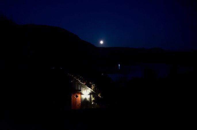 Nocne niebo w Norwegii. Pełnia księżyca