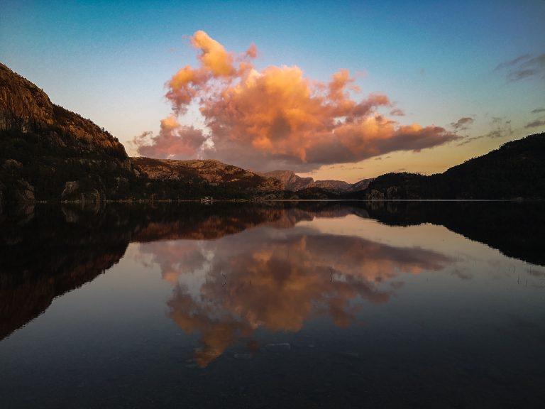 Revsvatnet lake. Kajaki w Norwegii - Kajakim po norweskich jeziorach. Zachód słońca na Preikestolen