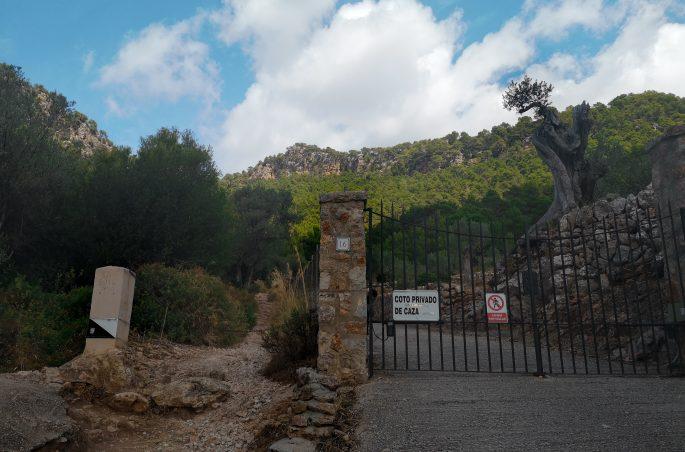 Początek szlaku GR 211 Valldemossa - Deia. Serra de Tramuntana. Góry na Majorce. Wędrówki po Majorce