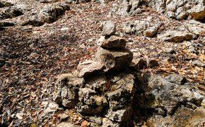 Stożki z kamieni - oznakowania na szlakach