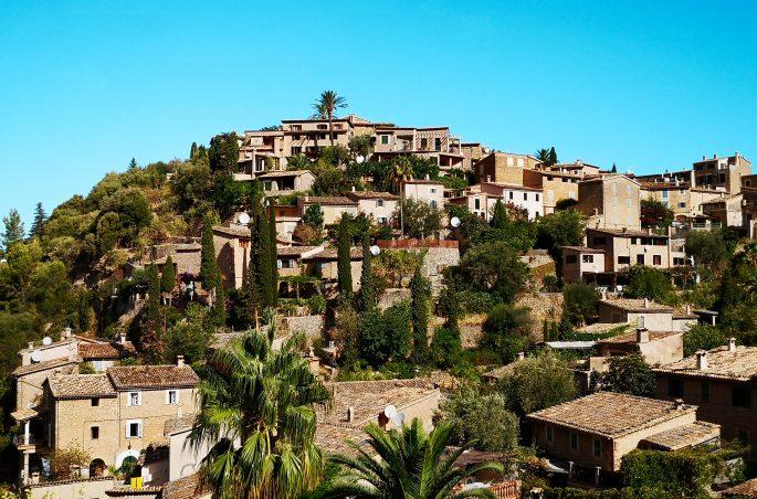 Co zobaczyć na Majorce - Wąskie kamieniczki i zielone okiennice - Mallorca Deia
