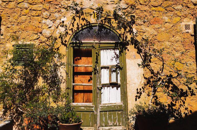 Co zobaczyć w Deia - Wąskie kamieniczki i zielone okiennice