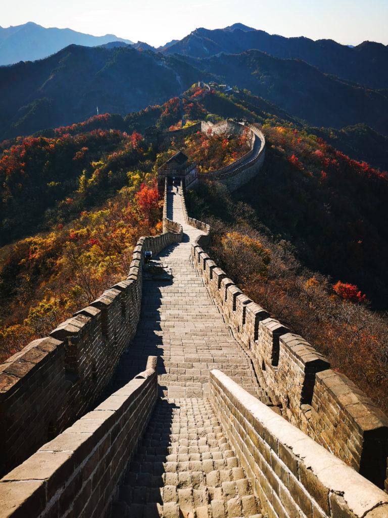 Wielki Mur Chiński jesienią. Co zobaczyć w Pekinie? Jak dojechać do Mutianyu?