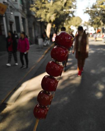 Kandyzowane rajskie jabłuszka. Co zjeść w Pekinie? Wangfujing Snack Street