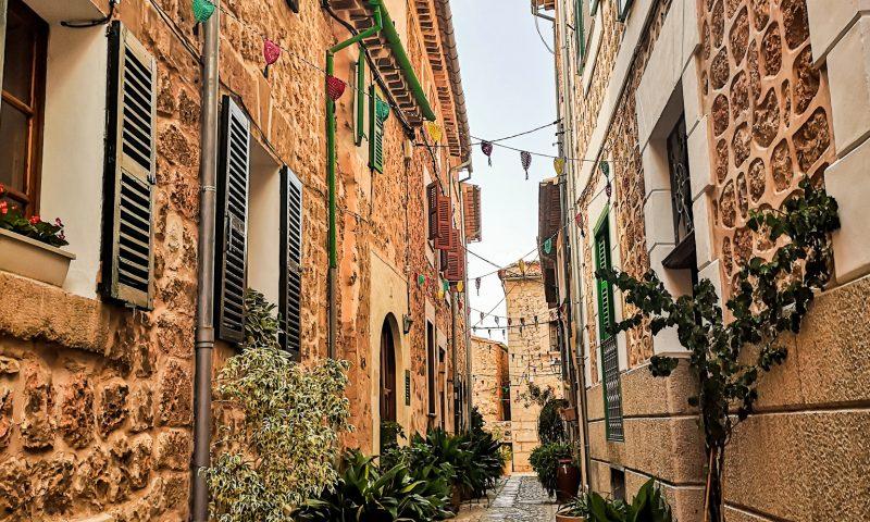 Wąskie uliczki w Fornalutx - co zobaczyć w okolicy Soller na Majorce