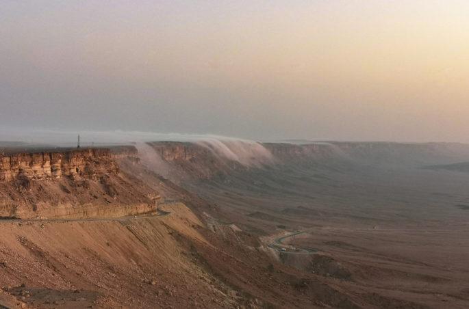"Wlewająca się mgła w ""kraterze"" w Mitzpe Ramon. Mitzpe Ramon in Israel"