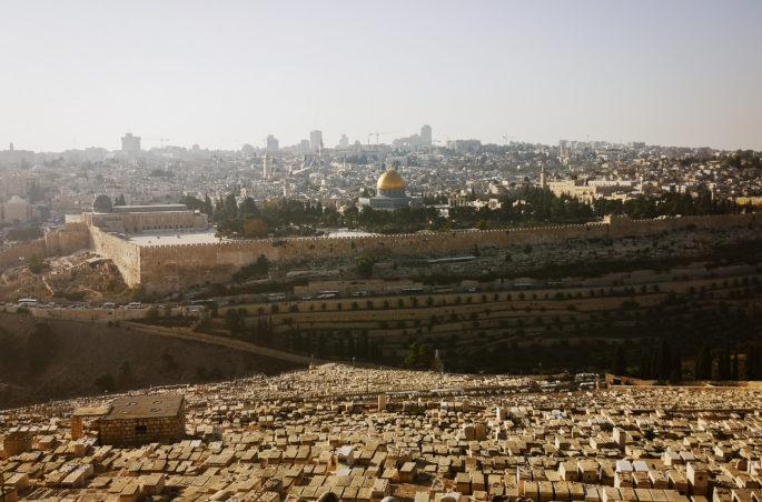 Jerozolima i widok na stare miasto z Góry Oliwnej. Ile kosztuje Izrael? Plan i kosztorys