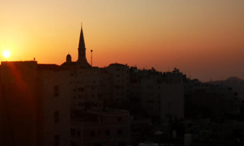 Betlejem o wschodzie słońca. Widok na kościół i meczet