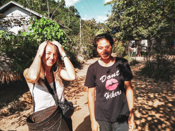 Spotkanie z mieszkańcami wioski w okolicach Nong Khiaw. Viola and the World