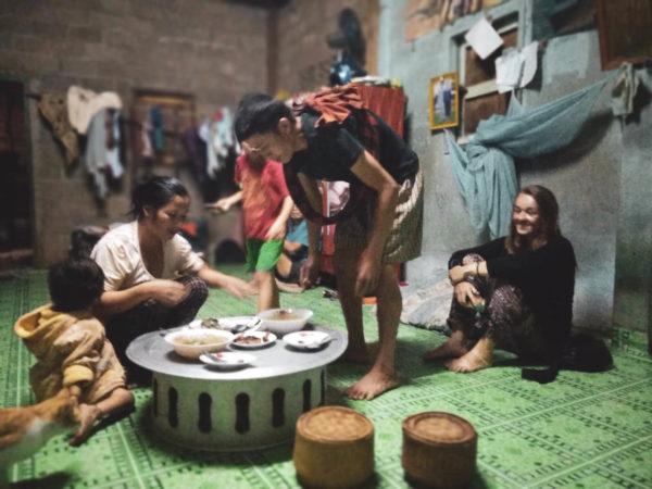 Lao life. Lao house. Bamboo house. Życie mieszkańców Laosu. Viola and the World