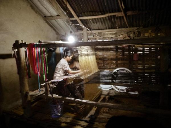 Lao life. Lao woman. Kobieta tkająca. Nong Khiaw village