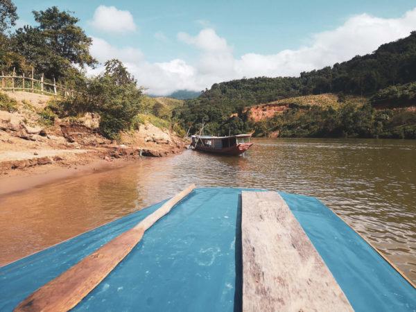 Boat in Lao, Nong Khiaw. Laos - nieznane wioski Nong Khiaw. Mekong