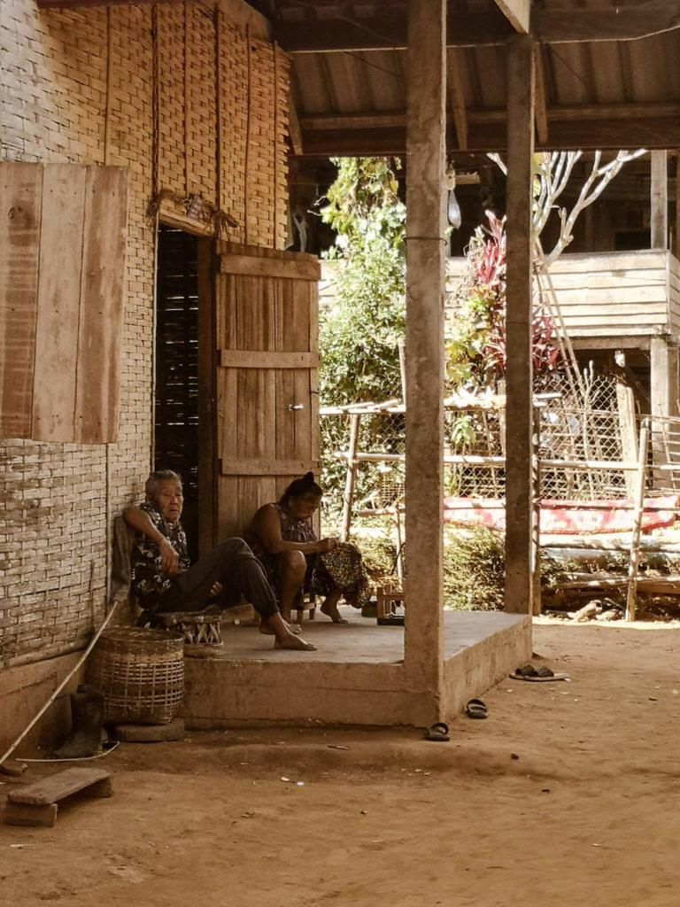 Laos - niezapomniane wioski w okolicach Nong Khiaw. Mieszkańcy Laosu