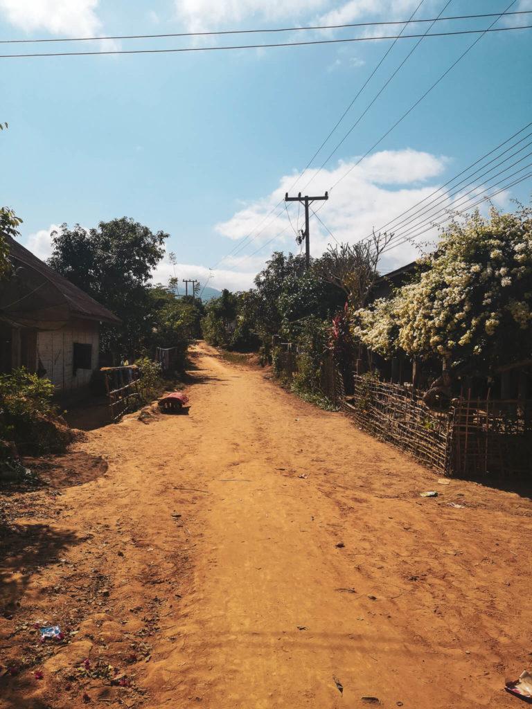 Puste ulice w Nong Khiaw. Co zobaczyć w Nong Khiaw. Laos - nieznane wioski Laosu