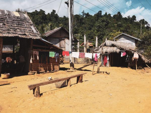Najpiękniejsze, dzikie miejsca w Laosie. Co zobaczyć w Laosie. Lao village Nong Khiaw