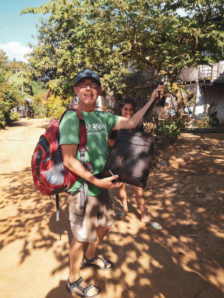 Tradycyjnie pleciona loatańska torba. Lao bag. Wizyta w wiosce w Laosie