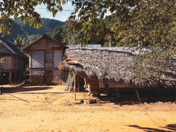 Tradycyjne, bambusowe chatki w wioskach w Laosie. Lao home in village. Najpiękniejsze miejsca Laosu