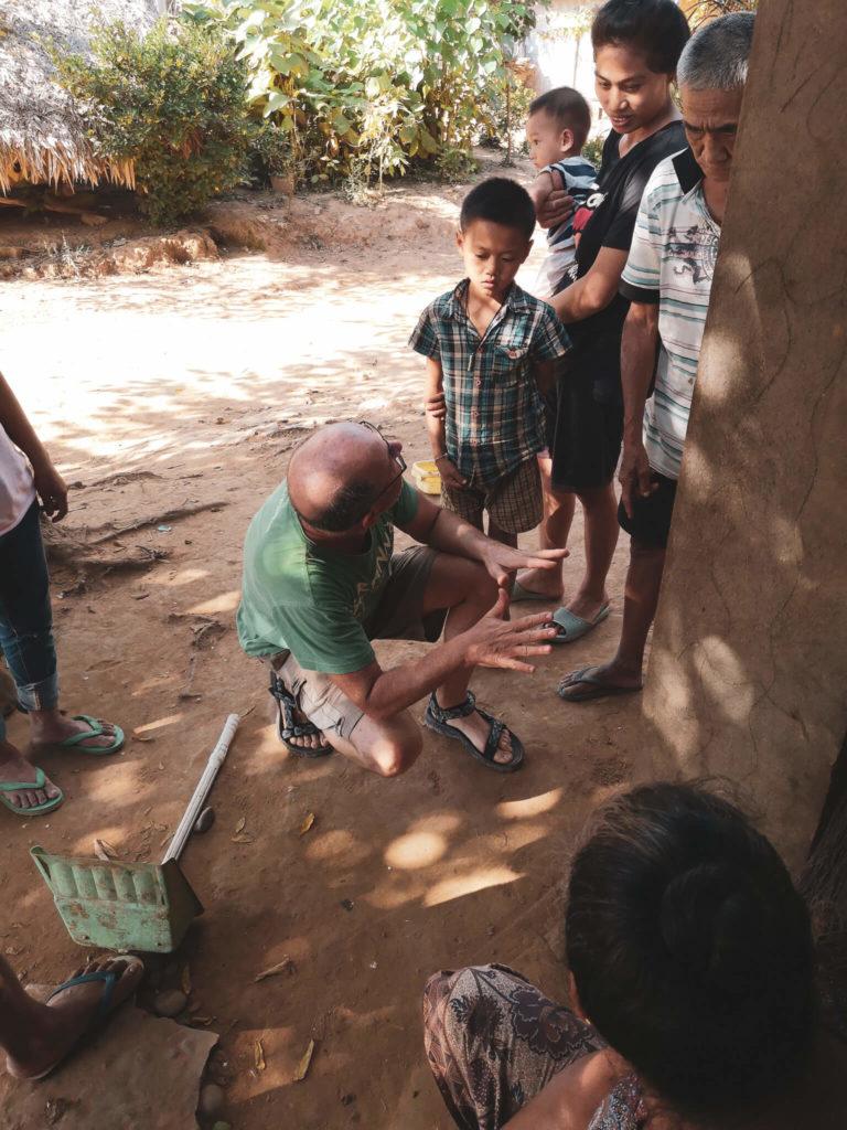 Rozmowy bez używania języka. Gestykulacja ciała. Rozmowa z mieszkańcami wioski w Laosie