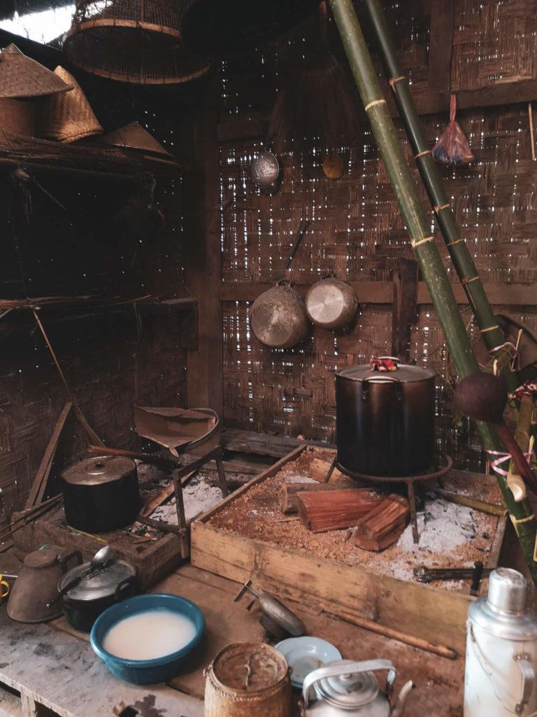 Kuchnia w Laosie. Chatka laotańska. Tradycyjne domy w Laosie. Laos - niezapomniane wioski w okolicach Nong Khiaw