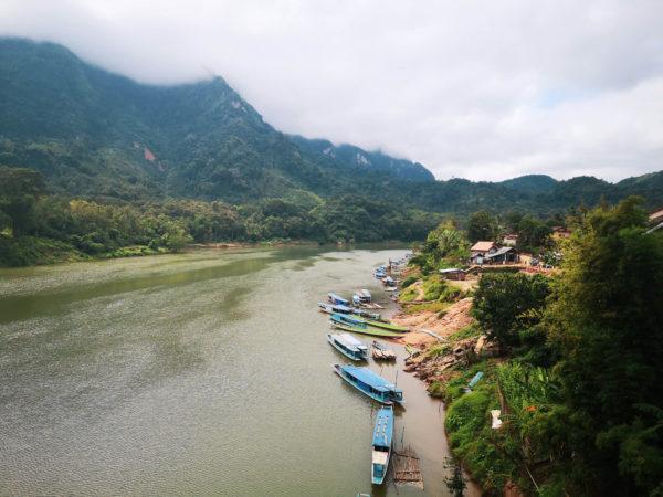 Nong Khiaw i przystań u brzegu rzeki Mekong. Nong Khiaw boat
