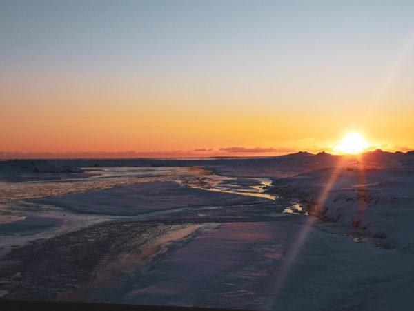 Wschód słońca na Islandii. Najpiękniejsze miejsca na Islandii. Islandia w marcu.