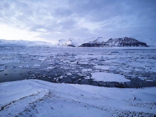 Laguna lodowcowa Jökulsárlón - Jokulsarlon Iceland. Góry lodowcowe w zatoce. Islandia - zimowe atrakcje Islandii