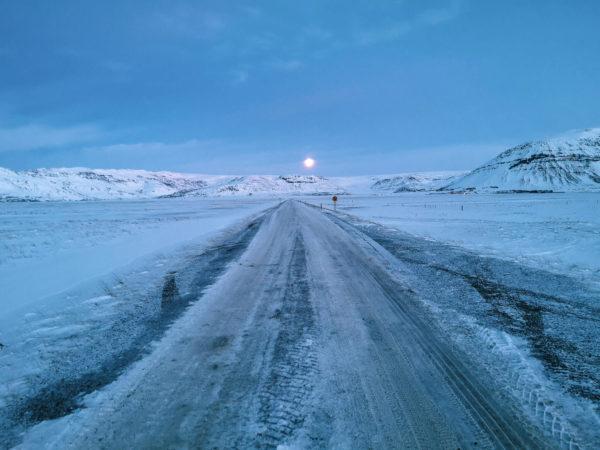Spanie na dziko na Islandii. Spanie pod namiotem na Islandii. Zima na Islandii
