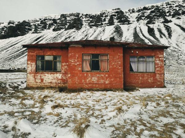 Atrakcje Islandii - opuszczone domy na Islandii. Islandia w marcu.