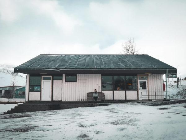 Bar islandzki w Stöðvarfjörður. Tradycyjne bary islandzkie. Gdzie zjeść na Islandii? Viola and the World