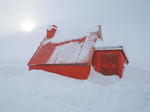 Domki ratunkowe na Islandii. Emergency Shelter Iceland. Islandia w marcu. Islandia pod namiotem
