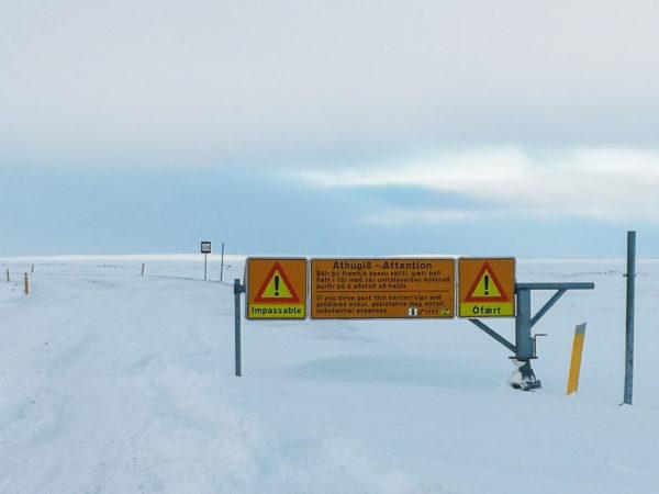 Znak ostrzegający o nieprzejezdnej drodze. Zamknięcie drogi na Islandii