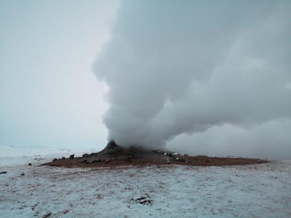 Obszar geotermalny Hverir - bulgoczące wyziewy ziemi. Najlepsze atrakcje Islandii w zimę.