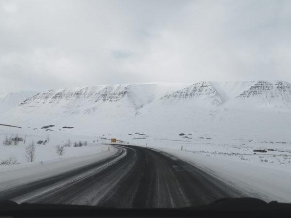 Najpiękniejsze miejsca na Islandii. Ośnieżone góry. Islandia w marcu. Iceland mountains