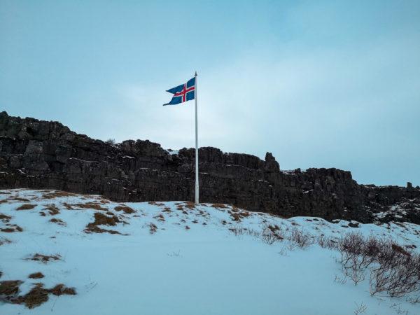 Park Narodowy Thingvellir. Flaga Islandii. Miejsce pierwszego parlamentu na świecie