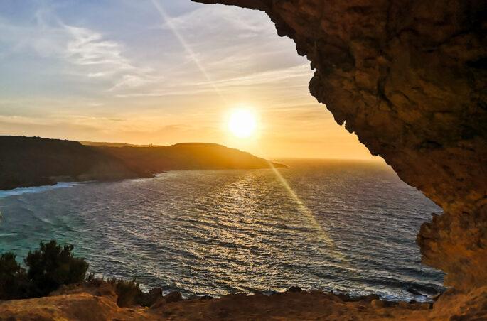 Gdzie spać na Malcie pod namiotem? Jaskinia na Ramba Bay. Rambla Bay cave Malta